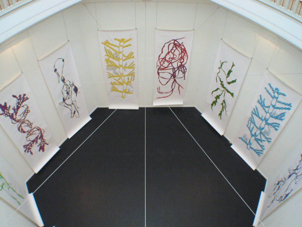 Overzicht koepelzaal Museum voor moderne kunst Arnhem, NL met 7 tekeningen in gouache van 150 x 450 cm. 2005