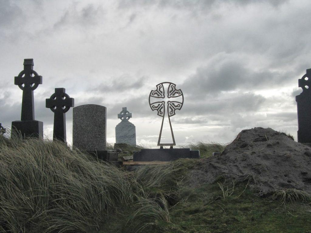 st Caomhán kruis op een graf op Inis Oirr (Ierland)