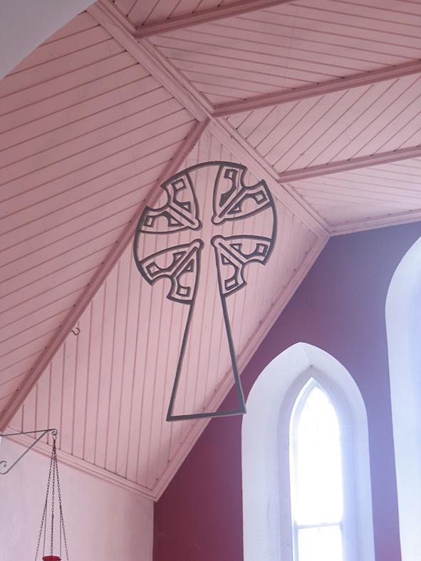 Reconstructie van st. Quavan's kruis in hout, boven altaar kerk